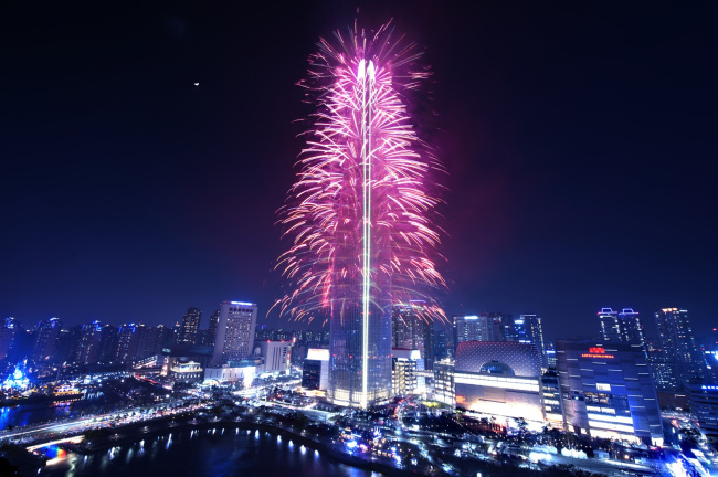 Fireworks at the Lotte World Tower Sunday to celebrate its grand opening (Lotte Corp.)