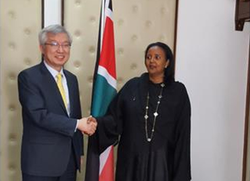 South Korea's Deputy Foreign Minister for Economic Affairs Lee Tae-ho (left) and Kenya's Foreign Affairs Secretary Amina Mohamed shake hands in a meeting held in Nairobi, Kenya, on April 3, 2017. (South Korean Ministry of Foreign Affairs)
