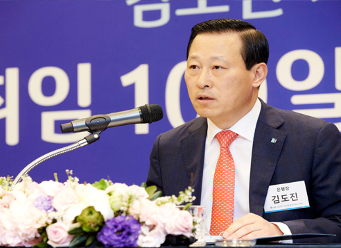 Kim Do-jin, CEO of the Industrial Bank of Korea, speaks at a press conference in Seoul, Thursday. (IBK)