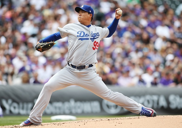 In this Associated Press photo, Los Angeles Dodgers starting pitcher Ryu Hyun-jin delivers a pitch to Colorado Rockies' Charlie Blackmon in the first inning of their Major League Baseball game on April 7, 2017, at Coors Field in Denver. (Yonhap)