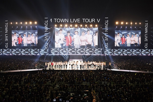 """S.M. Entertainment artists perform at the """"SMTown Live Tour V in Japan"""" held at Kyocera Dome in Osaka, Japan, in 2016. (S.M. Entertainment)"""