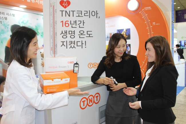 """CLINICAL EXPRESS -- TNT Express Korea employees explain """"TNT Clinical Express"""" to an audience at the Bio Korea International Convention 2017, at Coex in Seoul, Wednesday. The TNT Clinical Express is TNT's special handling service that began in 2002 for temperature-sensitive clinical samples and supplies. (TNT Express Korea)"""
