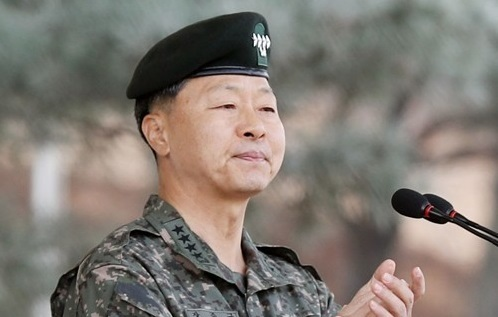 Army Chief of Staff Gen. Jang Jun-gyu clapping during a farewell ceremony in Incheon, west of Seoul, before dispatching soldiers to Lebanon to join the UN-led peacekeeping operations. (Yonhap)