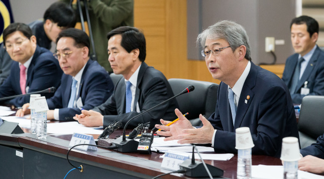Yim Jong-yong, chairman of the Financial Services Commission, speaks at a meeting with bank chief executives to discuss ways to enhance corporate bailout measures in Sejong City, Thursday (FSC)