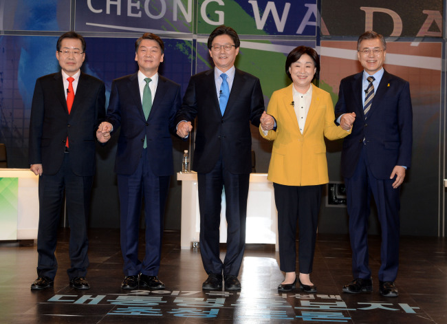 The five major presidential candidates for the May 9 election participate in the first TV presidential debate, Thursday. From left are Hong Joon-pyo of the Liberty Korea Party, Ahn Cheol-soo of the People's Party, Yoo Seong-min of the Bareun Party, Sim Sang-jeung of the Justice Party and Moon Jae-in of the Democratic Party of Korea.(Yonhap)