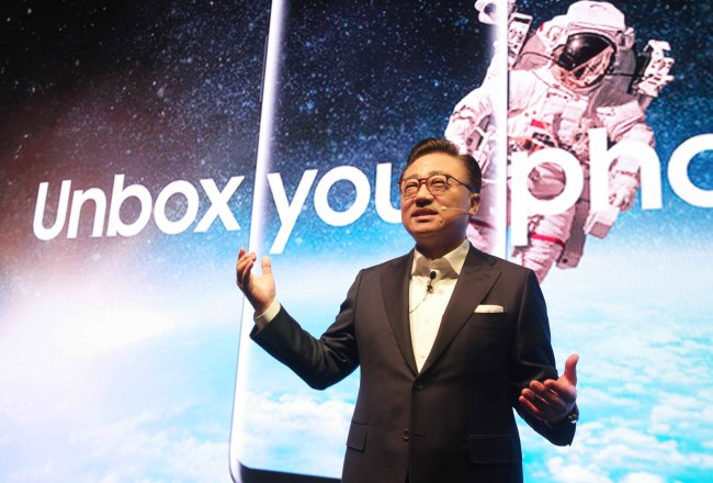 Samsung's mobile business chief Koh Dong-jin introduce Galaxy S8. (Samsung Electronics)