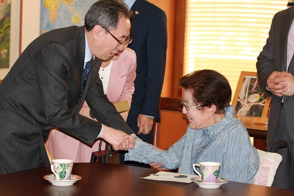 Wu Dawei (L) meets with Lee Hee-ho, the wife of late former South Korean President Kim Dae-jung, in Seoul on April 13, 2017. (Yonhap)