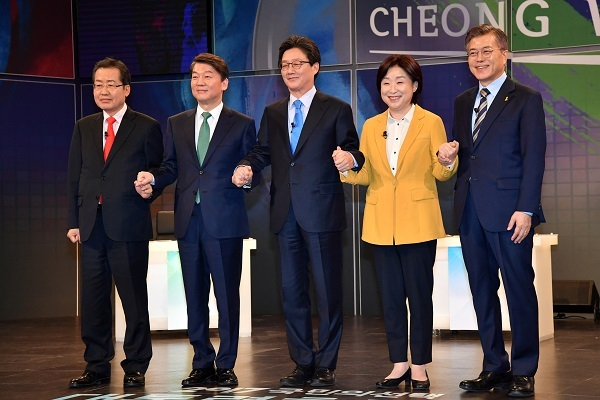 The main contenders in South Korea's presidential election (from L to R): Hong Joon-pyo, Ahn Cheol-soo, Yoo Seong-min, Sim Sang-jeung and Moon Jae-in. (Yonhap)