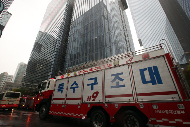 SAMSUNG EVACUATION -- A special rescue team vehicle is seen outside of Samsung's head office in Seocho, Seoul, Friday, as they evacuated workers after receiving a false report that explosives were planted in one of the three buildings in the complex. (Yonhap)