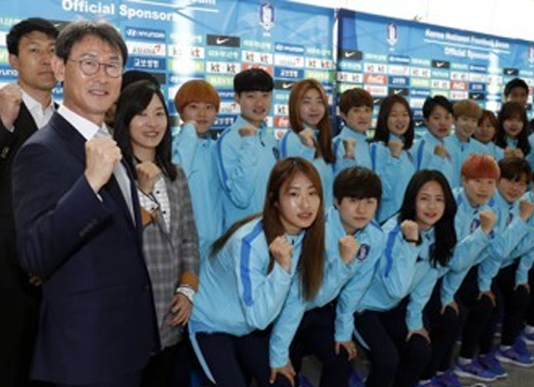 In this file photo taken on April 2, 2017, South Korean women's national football team head coach Yoon Duk-yeo (left) and players pose for a photo at Incheon International Airport before departing for the AFC Women's Asian Cup qualifying competition in North Korea. (Joint Press Corps)
