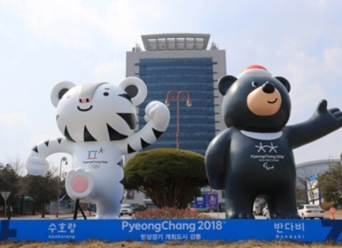Soohorang (left) and Bandabi, the official mascots of the 2018 PyeongChang Winter Olympics and Winter Paralympics, stand before Gangneung City Hall in Gangneung, Gangwon Province, on March 28, 2017. (Yonhap)