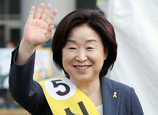 Sim Sang-jeung, the presidential candidate of the far-left Justice Party, waves to citizens on her campaign trail in Incheon, west of Seoul, on April 18, 2017. (Yonhap)