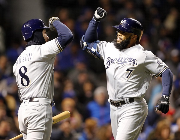 Milwaukee Brewers' Eric Thames, right, celebrates his home run off Chicago Cubs starting pitcher John Lackey, with Ryan Braun, during the third inning of a baseball game, Monday, April 17, 2017, in Chicago. (AP-Yonhap)