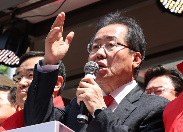 Hong Joon-pyo, the presidential candidate of the conservative Liberty Korea Party, speaks on the campaign trail in Busan, 450 kilometers southeast of Seoul, on April 18, 2017. (Yonhap)