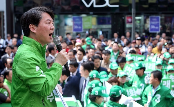 Ahn Cheol-soo of the People's Party holds a campaign rally in Daegu, 302 kilometers southeast of Seoul, on April 18, 2017. (Yonhap)