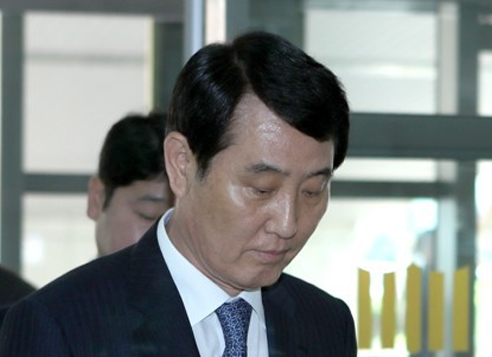 Sung Se-whan, head of BNK Financial Group, arrives at the Busan District Prosecutors' Office in the country's second largest city of Busan on April 18, 2017, before attending a hearing on his arrest. The Busan District Court issued a warrant to detain him over allegations of stock price manipulation later in the day. (Yonhap)