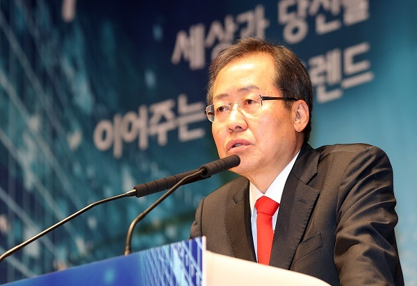 Hong Joon-pyo, the presidential candidate of the conservative Liberty Korea Party, speaks during a forum in Seoul on April 19, 2017. (Yonhap)