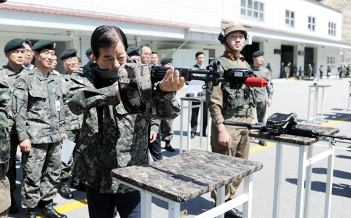 Defense Minister Han Min-koo tests the multiple integrated laser engagement system at the Korea Combat Training Center in Gangwon Province on April 19. 2017. (Yonhap)