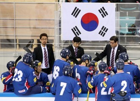 South Korean men's hockey players listen to their coaches during a friendly game against Russia at Gangneung Hockey Centre in Gangneung, Gangwon Province. (Yonhap)