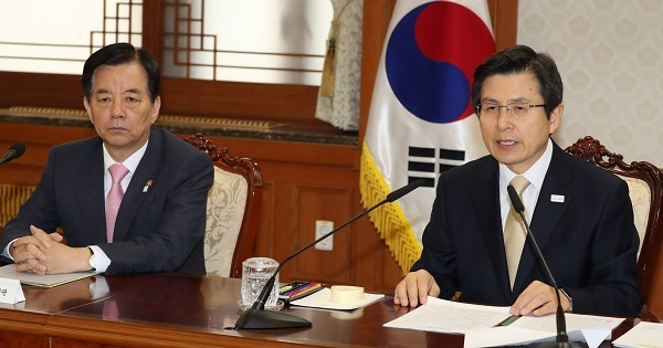 Acting President and Prime Minister Hwang Kyo-ahn (right) speaks during a meeting with Cabinet ministers at the central government complex in Seoul on April 20, 2017. (Yonhap)