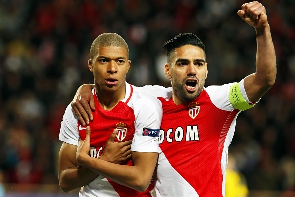 Monaco's Kylian Mbappe (L) celebrates with his teammate Radamel Falcao (R) after scoring the 1-0 lead during the UEFA Champions League quarter final, second leg soccer match between AS Monaco and Borussia Dortmund at Stade Louis II in Monaco, 19 April 2017. (EPA-Yonhap)