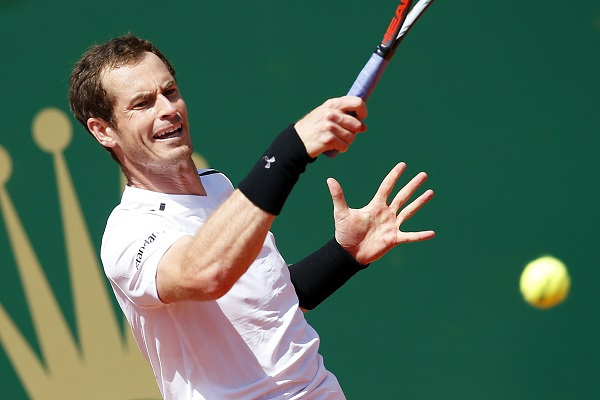 Andy Murray of Britain returns the ball to Gilles Muller of Luxembourg during their second round match at the Monte-Carlo Rolex Masters tournament in Roquebrune Cap Martin, France, 19 April 2017. (EPA-Yonhap)