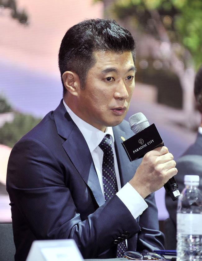 Paradise Group Chairman Chun Phil-lip speaks to reporters at Paradise City on Thursday. (Paradise Sega Sammy)