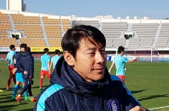 South Korean national U-20 football team head coach Shin Tae-yong speaks to reporters after his team's practice match against Suwon FC at Suwon Sports Complex in Suwon, south of Seoul, on April 19, 2017. (Yonhap)