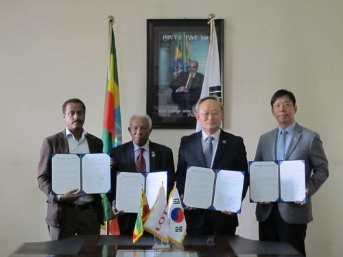 Hwang Woo-ung (2nd from right), South Korea's deputy defense minister for welfare, poses for a photo with Abate Sitotaw (left), deputy mayor of Addis Ababa; Melese Tessema (2nd from left), president of the Ethiopian Korean War Veterans Association; and Lee Suk-hwan, senior managing director of Lotte Group, after signing an agreement to construct a community center in the Ethiopian capital on April 20, 2017. (Ministry of National Defense)