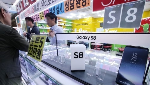 Samsung Electronics Co.'s Galaxy S8 smartphone is displayed at a Seoul-based retail shop in this photo taken on April 21, 2017. (Yonhap)