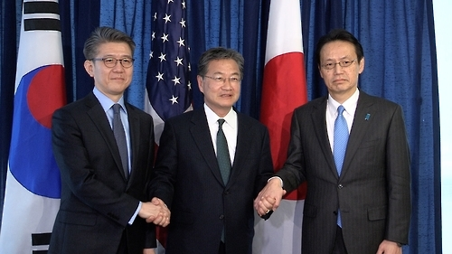 Kim Hong-kyun (left), South Korea's chief envoy on North Korea issues, poses for a photo with his US and Japanese counterparts, Joseph Yun (center) and Kenji Kanasugi (right), during a meeting in Washington on Feb. 27, 2017. (Yonhap)