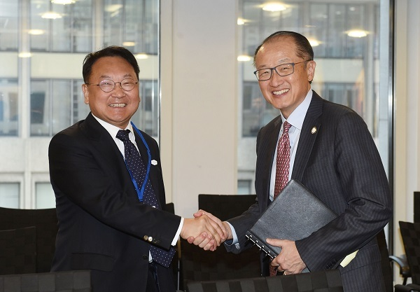 South Korea's Finance Minister Yoo Il-ho (left) shakes hands with World Bank Group President Jim Yong Kim in Washington on April 20, 2017 (US time). (Ministry of Strategy and Finance)