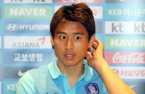 South Korean midfielder Koo Ja-cheol speaks to reporters at a hotel in Changsha, China, ahead of the 2018 FIFA World Cup qualifying match between South Korea and China. (Yonhap)