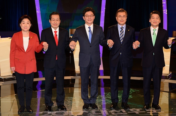 This pool photo shows South Korea's leading presidential candidates ahead of their second TV debate at KBS on April 19, 2017. From left are Sim Sang-jeung, Hong Joon-pyo, Yoo Seong-min, Moon Jae-in and Ahn Cheol-soo. (Yonhap)
