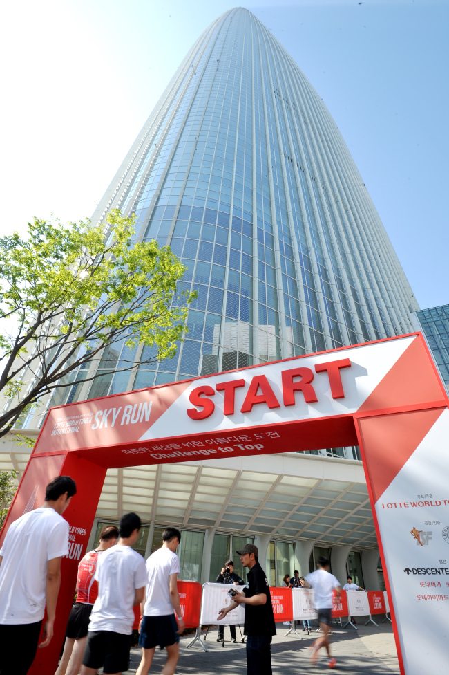 RUN TO THE SKY -- Runners take off at the 2017 Lotte World Tower International Sky Run, held at the Lotte World Tower in southern Seoul on Sunday. The race took runners from the first floor up to the observation deck on the 123rd floor, climbing 2,917 steps. It was hosted by the Vertical World Circuit, an organization under the International Skyrunning Federation. Proceeds from the race were donated to ChildFund Korea. (Yonhap)