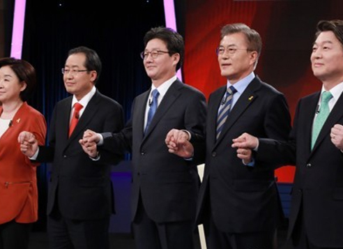 Presidential candidates hold hands before their second TV debate, hosted by KBS, on April 19, 2017. From left are Sim Sang-jeung, Hong Joon-pyo, Yoo Seong-min, Moon Jae-in and Ahn Cheol-soo. (Yonhap)