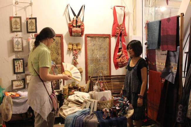 Kheuavanh Phanthaboun and a customer discuss her products. Vientiane Times