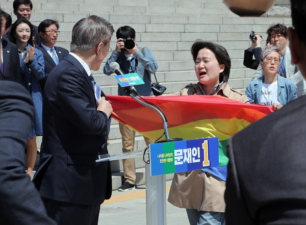 Protesters hold a surprise demonstration in front of presidential front-runner Moon Jae-in at the National Assembly in Seoul on April 26, 2017, over his remarks against sexual minorities during a TV debate the previous night. (Yonhap)