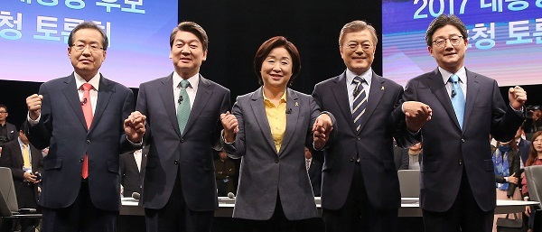 South Korea's leading presidential candidates pose for a photo at their fourth TV debate held in Goyang, northwest of Seoul on April 25, 2017. From left are Hong Joon-pyo, Ahn Cheol-soo, Sim Sang-jeung, Moon Jae-in and Yoo Seong-min. (Yonhap)
