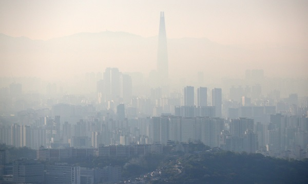 The capital blanketed in a gray haze caused by fine dust in the air. (Yonhap)