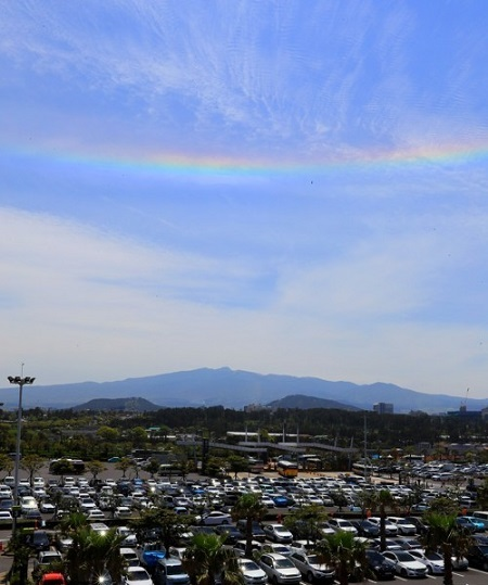 This photo, taken on April 27, 2017, shows iridescent clouds hanging above Jeju International Airport on South Korea's largest resort island of Jeju. (Yonhap)