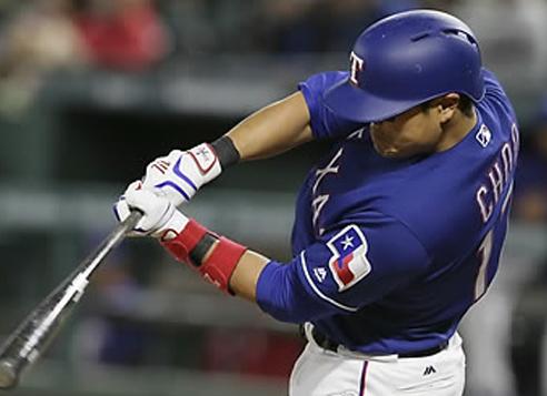 In this Associated Press photo, Choo Shin-soo of the Texas Rangers hits a triple against the Minnesota Twins in Arlington, Texas, on April 26, 2017. (Yonhap)