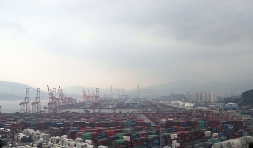 Containers waiting shipment at Busan port. (Yonhap)