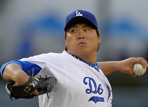Ryu Hyun-jin of the Los Angeles Dodgers throws to the San Francisco Giants. (Yonhap)