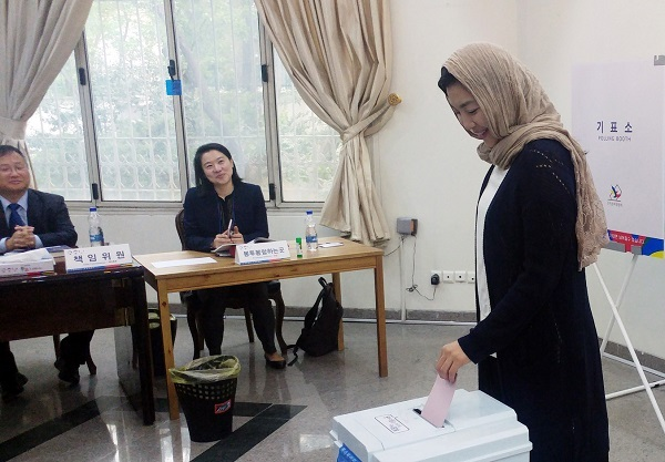 A South Korean national casts a vote in the presidential election at the South Korean Embassy in Tehran on April 27, 2017. (Yonhap)