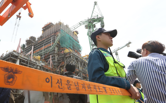 Six workers were killed and 25 injured after two cranes collided at Samsung Heavy Industries shipyard in Geoje, South Gyeongsang Province on Monday. (Yonhap)