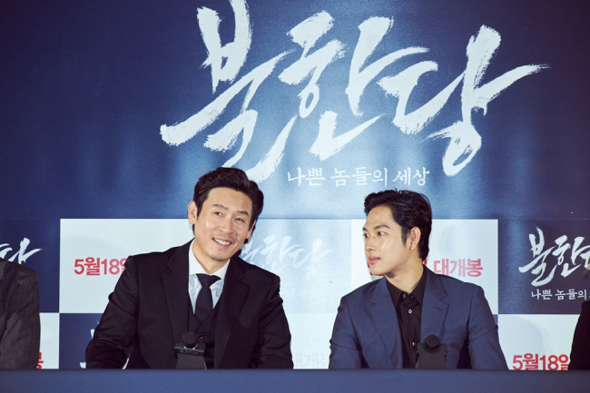 "Seol Kyung-gu (left) and Im Si-wan attend the press preview of ""The Merciless"" at CGV Wangsimni in Seoul on Tuesday. (Hohoho Beach)"