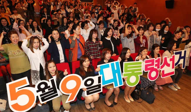 Multicultural families attend a program organized by the Seoul election commission about the coming Korean presidential election last month. (Yonhap)