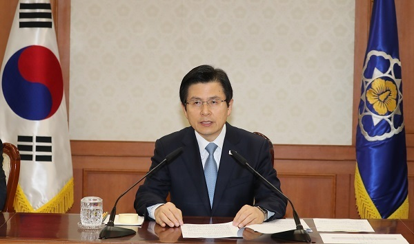 Acting President and Prime Minister Hwang Kyo-ahn speaks during a meeting of top government officials on pending state affairs at the central government complex in Seoul on May 4, 2017. (Yonhap)