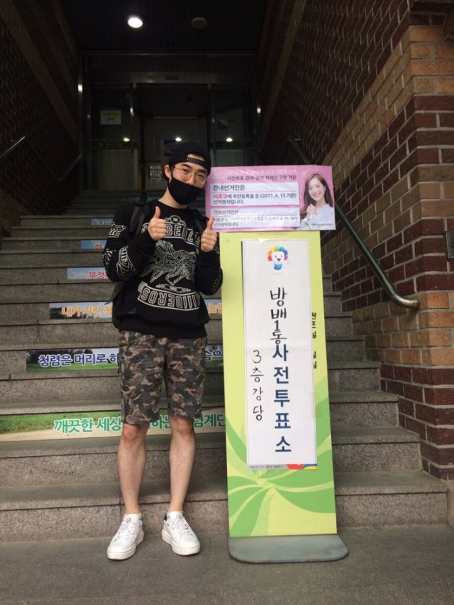 A man poses after casting his early vote for South Korea's 19th president at a polling station in Seoul. (Ock Hyun-ju/The Korea Herald)